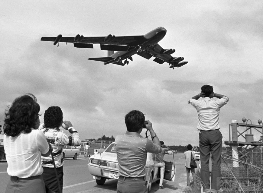 17352 - B-52 взлетает с Окинавы. Курс - Вьетнам.