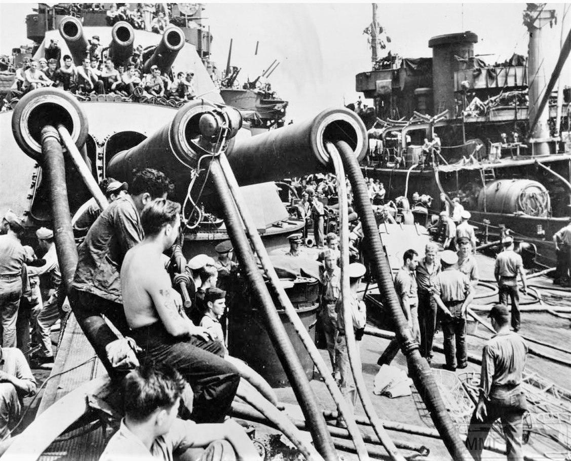 """17554 - Спасательные работы на линкоре """"Пеннсильвания"""" 13 августа 1945 г."""
