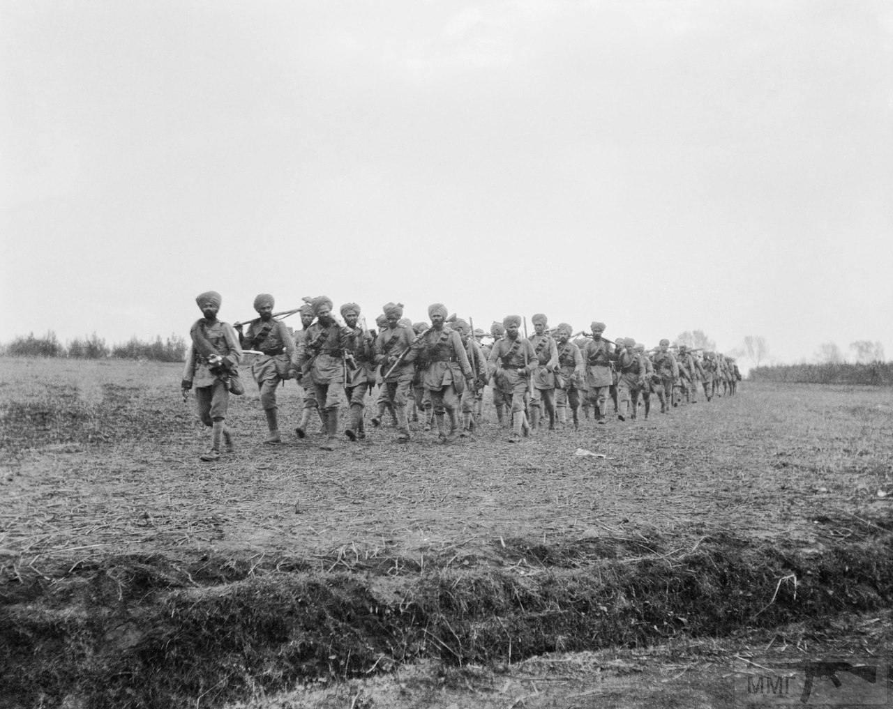 19240 - Бойцы 129-го Герцога Коннахтского Собственного Белуджского полка (129th Duke of Connaught's Own Baluchis) идут к окопам в районе замка Холлебеке, Бельгия