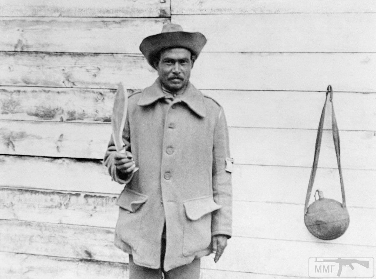 19241 - Портрет солдата-гуркхи с ножом-кукри в руках где-то на Западном фронте, 25 октября 1914 г.