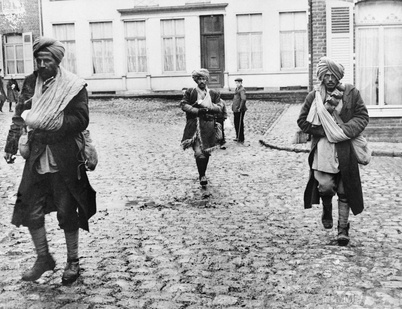 19242 - Группа раненых солдат британской индийской армии на улице французской деревни, 31 октября 1914 г.