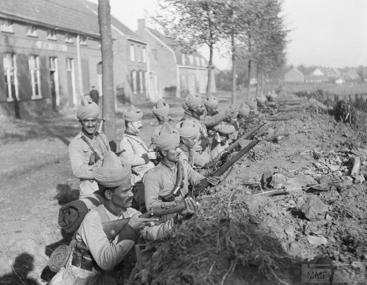 19243 - Вице-королевские офицеры (Viceroy Commissioned Officer, VCO) и другие бойцы 57-го уайлдского стрелкового полка (57th Wilde's Rifles (Frontier Force)) на боевых позициях на окраинах бельгийской коммуны Вейтсате (Wytschaete), октябрь 1914 г. Дома на заднем плане свидетельствуют о том, как близко располагалась линия фронта.