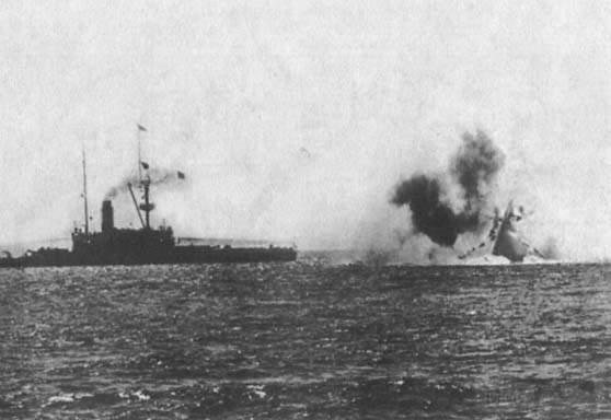 """2128 - Уникальный снимок: последние мгновения """"Виктории"""". Через несколько секунд флагманский броненосец вице-адмирала Трайона исчезнет под водой."""