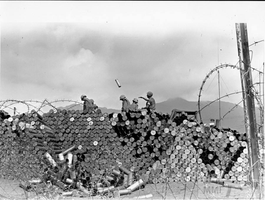 21446 - Морской пехотинец выбрасывает гильзу 105-мм снаряда во время битвы за Кхесань, январь 1968 г.