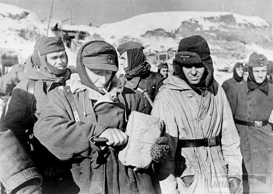 21502 - На стройке немцы пленные на хлеб меняли ножики...