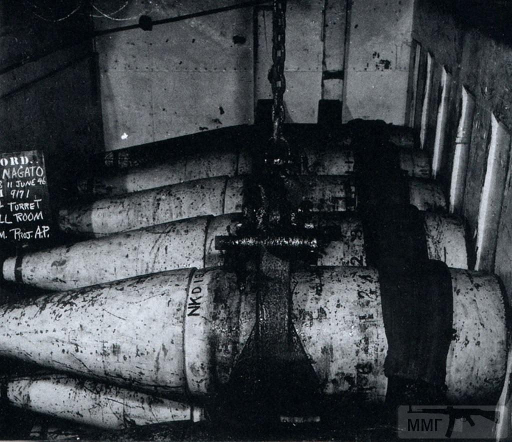 23097 - Укладка 410-мм бронебойных снарядов в погребе башни №4. Все снаряды имеют сминаемый баллистический наконечник