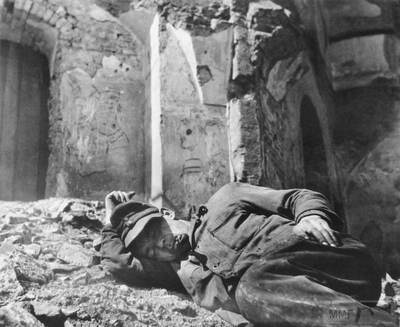 23862 - На стройке немцы пленные на хлеб меняли ножики...