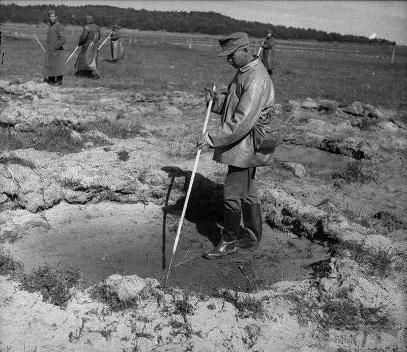 24019 - На стройке немцы пленные на хлеб меняли ножики...