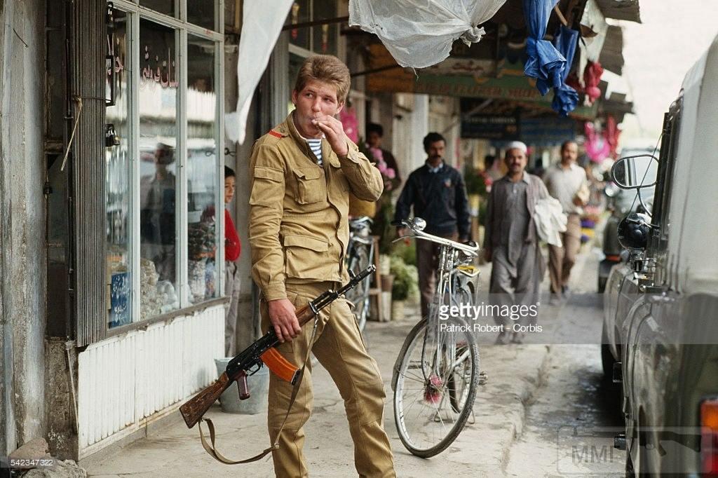 25302 - Советский солдат на рынке в Кабуле. Афганистан, 15 мая 1988 года.