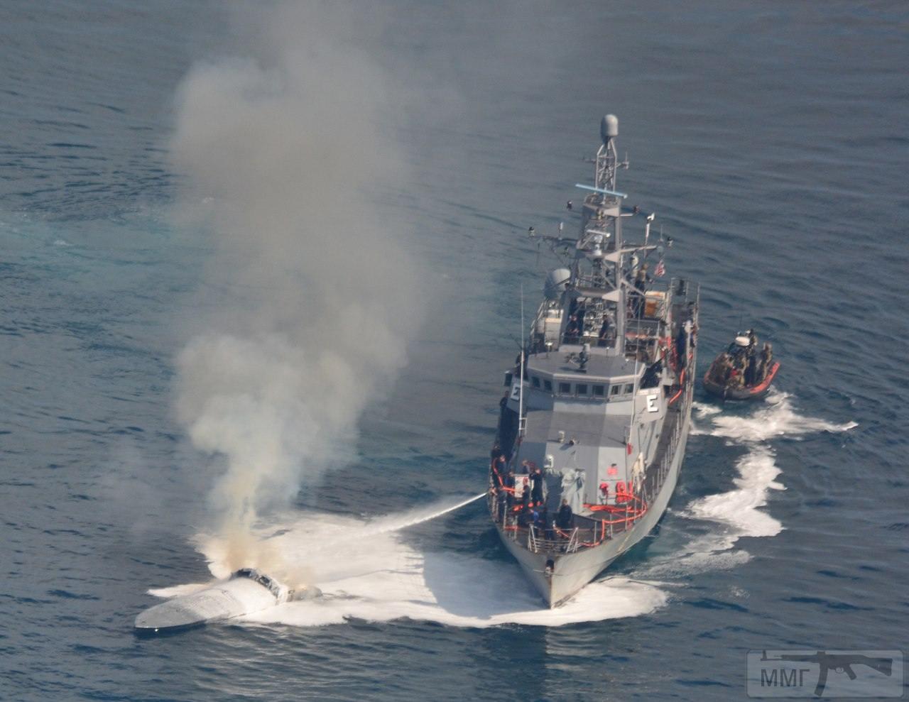 25693 - Сторожевой катер РС 8 Zephyr ВМС США осуществляет тушение пожара на перехваченном подожженом малозаметном скоростном катере колумбийских наркоторговцев, 07.04.2018
