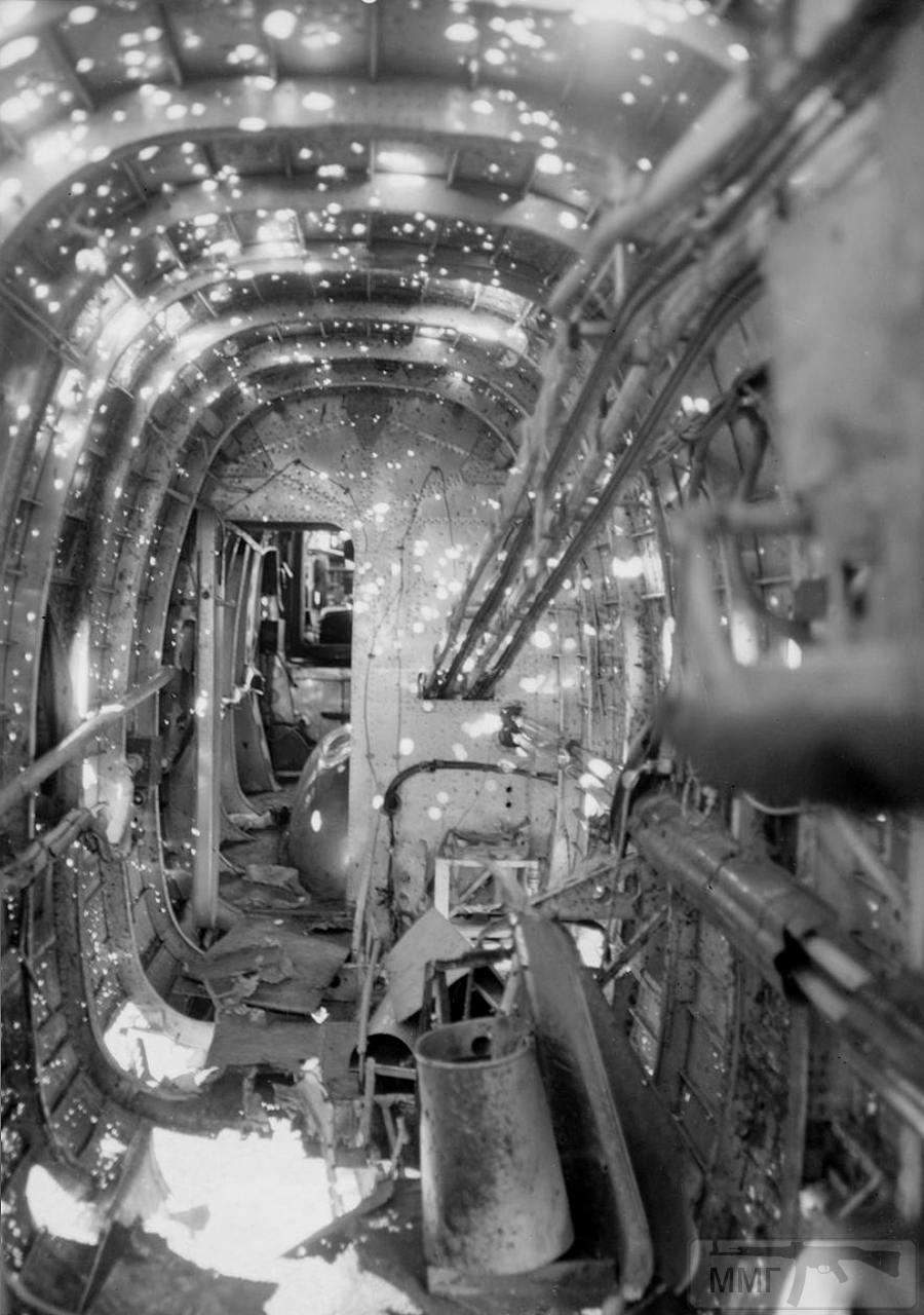 29988 - Handley Page Halifax B Mark II JP321 'V' 614-й бомбардировочной эскадрильи RAF после полета над Германией, 1944 г.