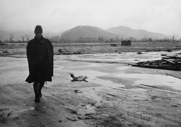 3149 - Японский солдат идет по пустынной местности в Хиросиме, в сентябре 1945 года, всего через месяц после бомбардировки.