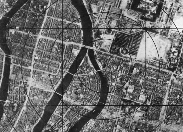 3152 - Данные военно-воздушных сил США – карта Хиросимы перед бомбардировкой, на которой можно наблюдать круг интервалом в 304 м от эпицентра, который моментально исчез с лица земли. (U.S. National Archives and Records Administration)