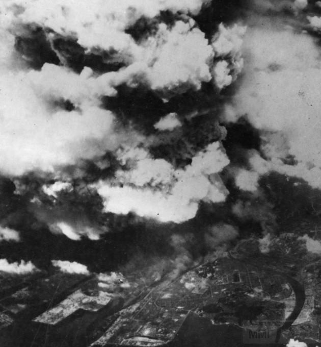 3155 - Фото, сделанное из одного из двух американских бомбардировщиков 509-ой сводной группы, вскоре после 8:15, 5 августа 1945 года, показывает поднимающийся от взрыва дым над городом Хиросима. К моменту съемки уже произошла вспышка света и жара от огненного шара диаметром 370 м, и взрывная волна, движущаяся со скоростью света, быстро рассеивалась, уже причинив основной вред зданиям и людям в радиусе 3,2 км. (U.S. National Archives)