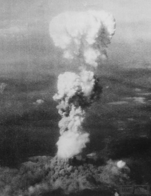 3156 - Растущий ядерный «гриб» над Хиросимой вскоре после 8:15, 5 августа 1945. Когда порция урана в бомбе прошла стадию расщепления, она мгновенно была превращена в энергию 15 килотонн тротила, нагрев массивный огненный шар до температуры 3 980 градусов по Цельсию. Нагретый до предела воздух и дым быстро поднялся в атмосфере, словно огромный пузырь, поднимая за собой столб дыма. К тому времени, как было сделано это фото, смог поднялся на высоту 6 096,00 м над Хиросимой, в то время как дым от взрыва первой атомной бомбы разлетелся на 3 048,00 м у основания колонны. (U.S. National Archives)