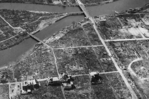 3158 - Вид эпицентра Хиросимы осенью 1945-го – полное разрушение после сброса первой атомной бомбы. На фотографии виден гипоцентр (центральная точка очага взрыва) – примерно над Y-образным перекрестком в центре слева. (U.S. National Archives)