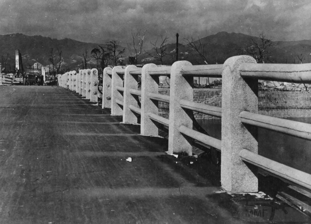 3161 - Мост через реку Ота в 880 метрах от гипоцентра взрыва над Хиросимой. Заметьте, как сгорела дорога, и слева видны призрачные отпечатки там, где когда-то поверхность защищали бетонные колонны. (U.S. National Archives)