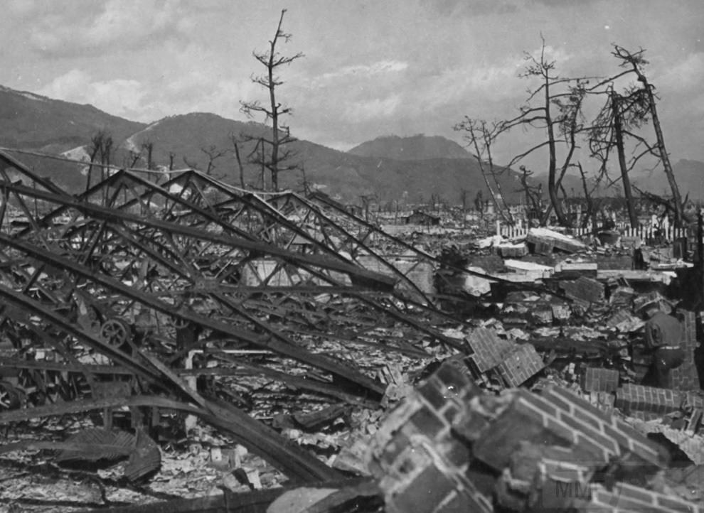 3163 - Взрыв разрушил завод Окита в Хиросиме, Япония. 7 ноября 1945. (U.S. National Archives)