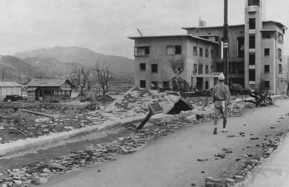 3164 - Разрушенная улица в Хиросиме. Взгляните, как был приподнят тротуар, а из моста торчит водосточная труба. Ученые говорят, что это произошло из-за вакуума, созданного давлением от атомного взрыва. (U.S. National Archives)