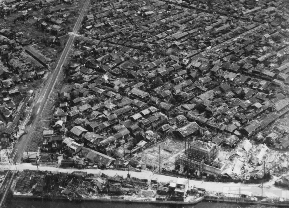 3165 - Густонаселенный район Хиросимы спустя недели после взрыва на краю сильно пострадавшего района (обратите внимание на здание внизу, которое сравняло с землей). (U.S. National Archives)