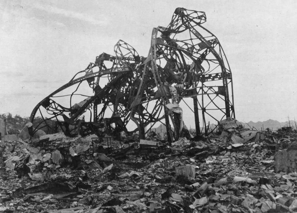 3166 - Скрюченные железные перекладины – все, что осталось от здания театра, находившегося примерно в 800 метрах от эпицентра. (U.S. National Archives)