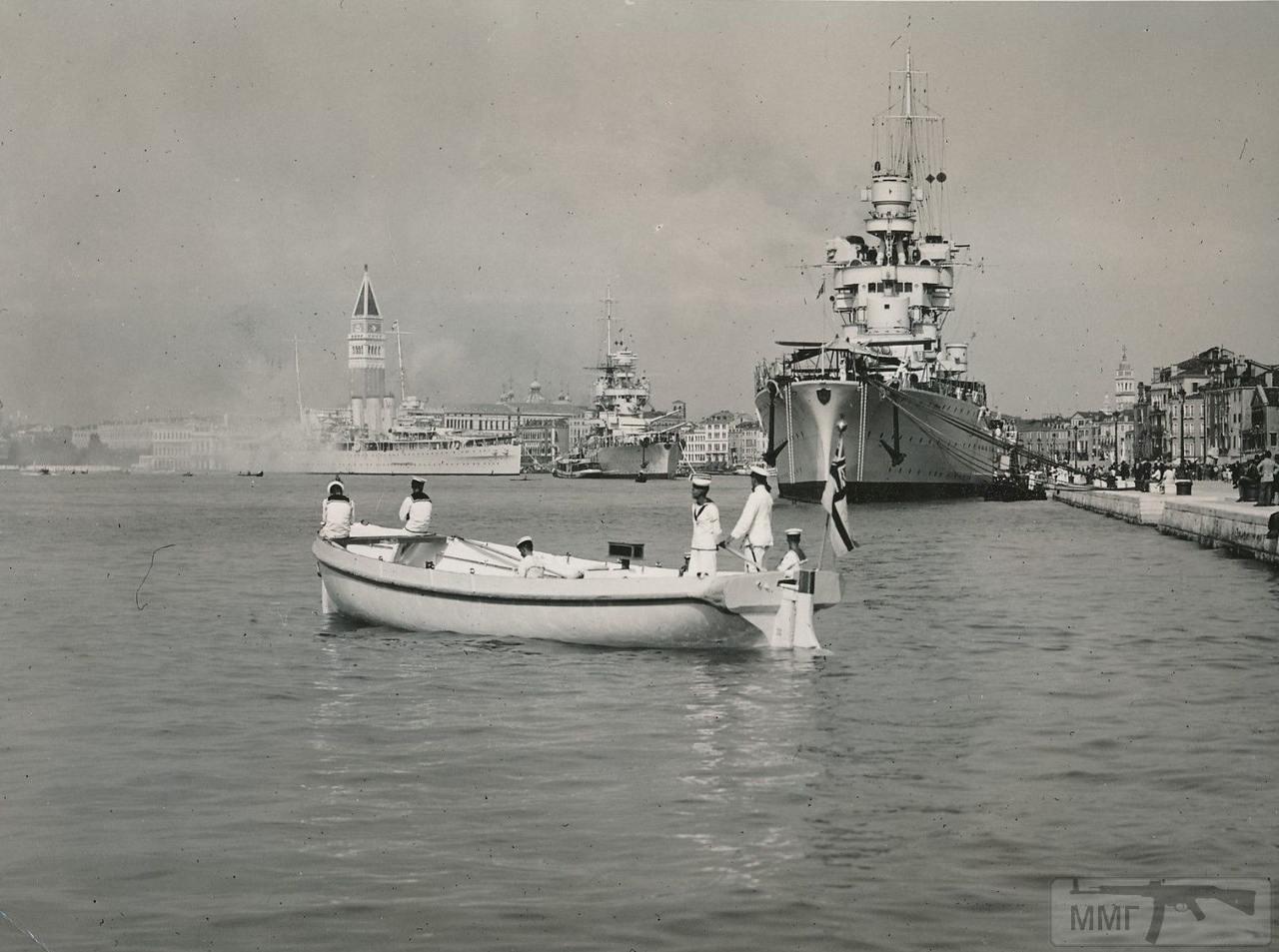32329 - Крейсера Gorizia и Fiume в Венеции. На заднем плане британский HMS Sussex. 1937 г.