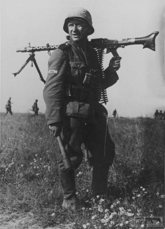 33838 - Немецкий солдат с пулеметом MG-34 в районе Орла, 1943 год.