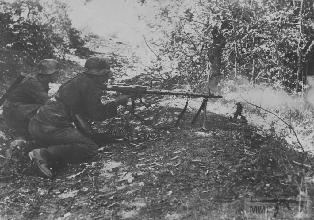 33839 - Расчёт пулемёта MG-34 ведёт бой с советским войсками близ города Новороссийск, 1942 год.