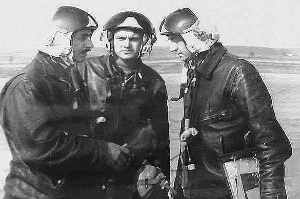 3425 - Полковник Д.М.Дудаев со штурманами после полета. 1987.