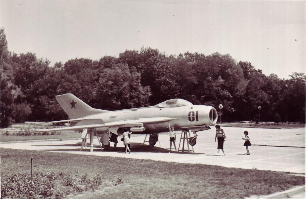 3431 - Истребитель МиГ-19 в парке г.Ереван. 1985 год.
