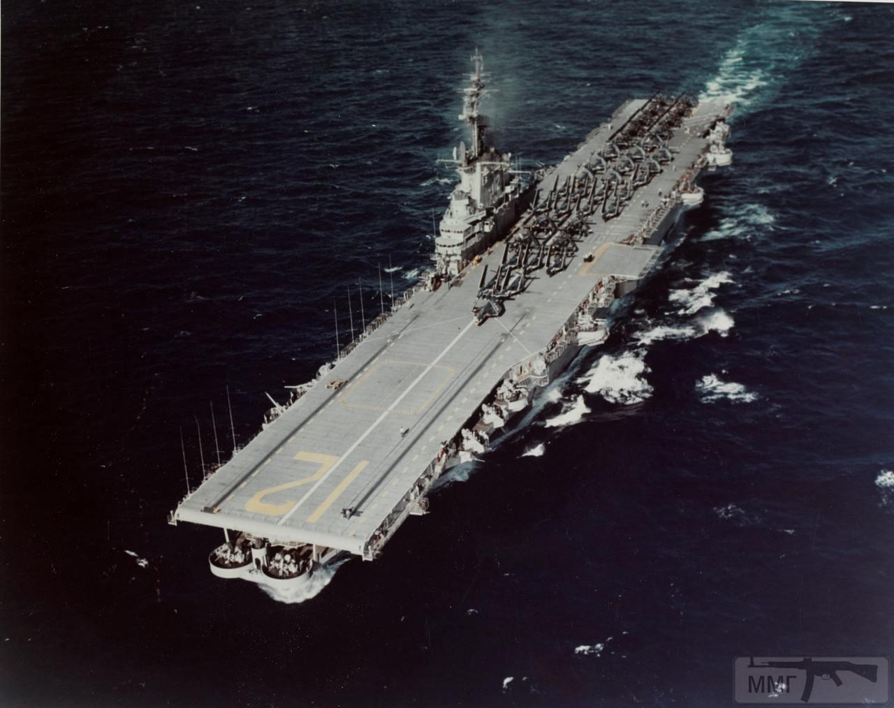 34756 - USS Hornet (CV-12) идет на Гуантанамо 10 января 1954 г.