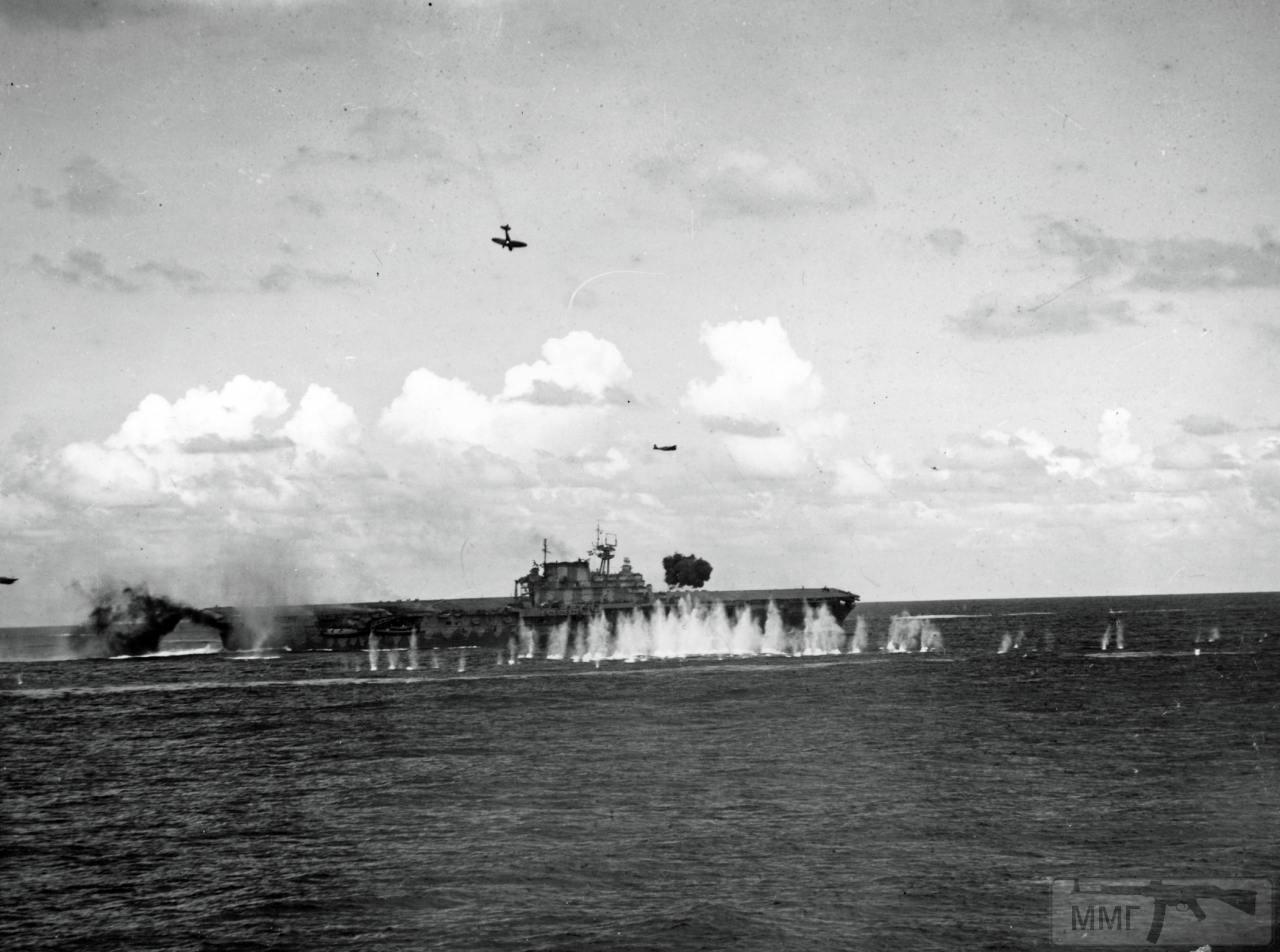 34757 - USS Hornet (CV-8), атакуемый японскими самолетами в бою у островов Санта-Крус, 26 октября 1942 г.