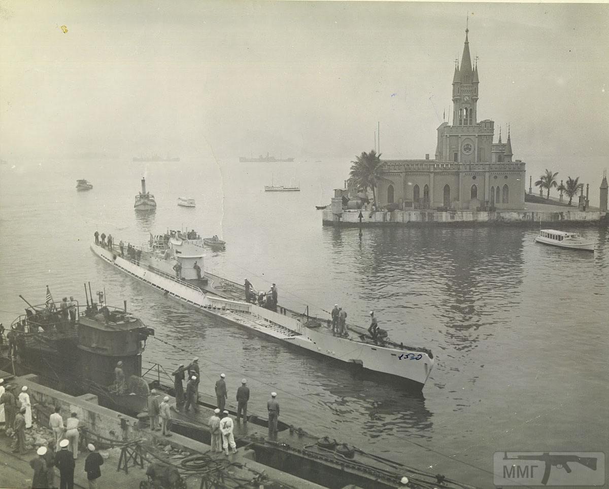 35193 - Лодки U-530 (в светлой окраске по центру) и U-977 (внизу) в гавани военно-морской базы Рио-де-Жанейро во время перехода из Аргентины в США, сентябрь 1945 года. Субмарины прошли ремонт на верфи в Аргентине, где были заново окрашены.