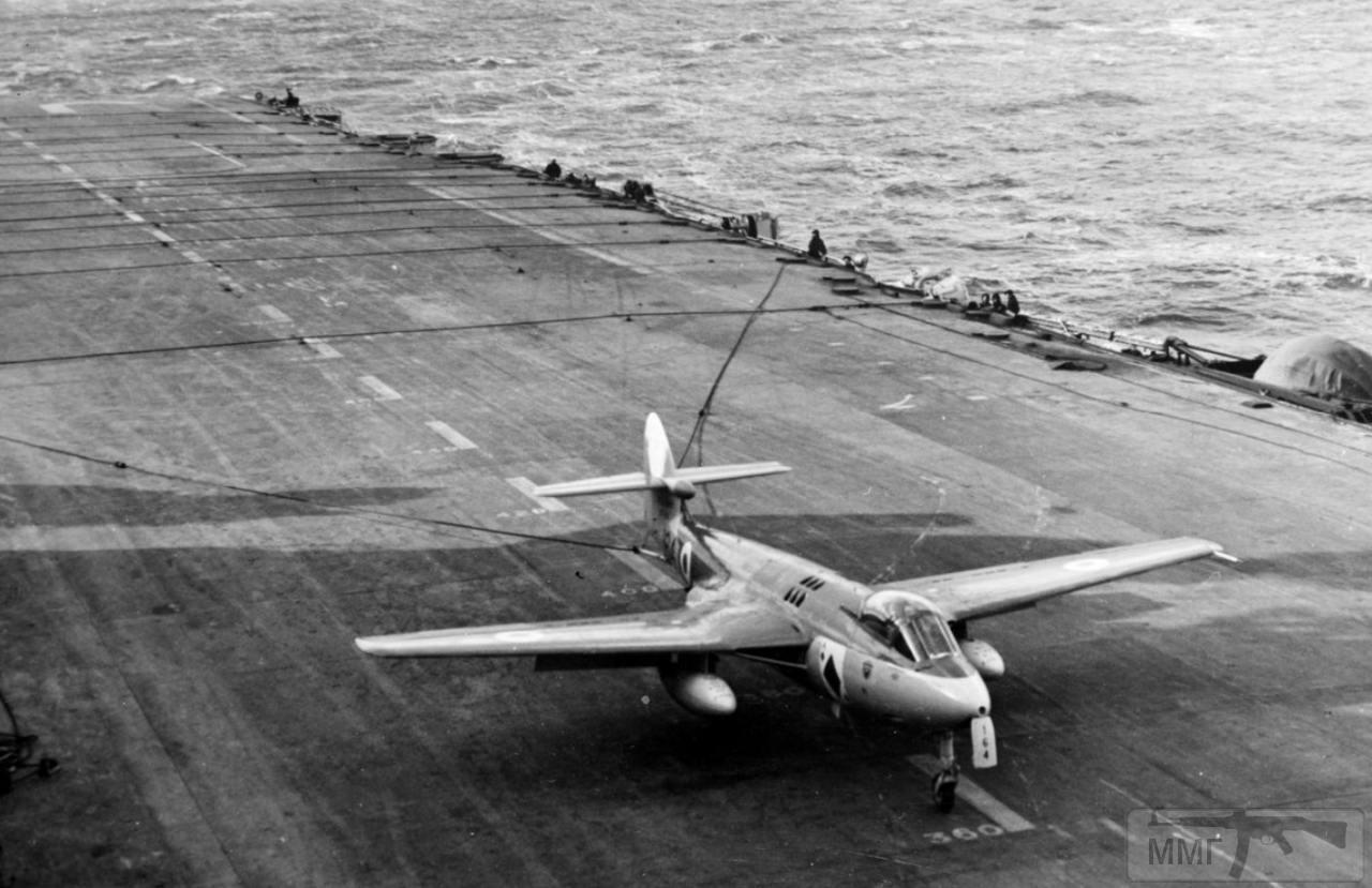 35321 - Истребитель-бомбардировщик Hawker Sea Hawk на палубе авианосца HMS Eagle (R05), 1954 г.