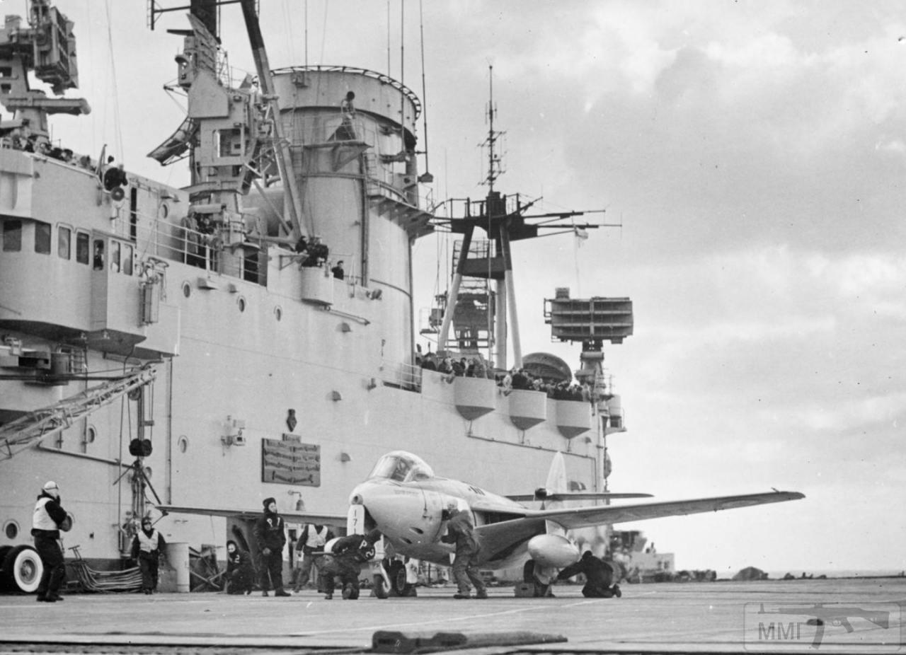 35322 - Истребитель-бомбардировщик Hawker Sea Hawk на палубе авианосца HMS Eagle (R05), 1954 г.