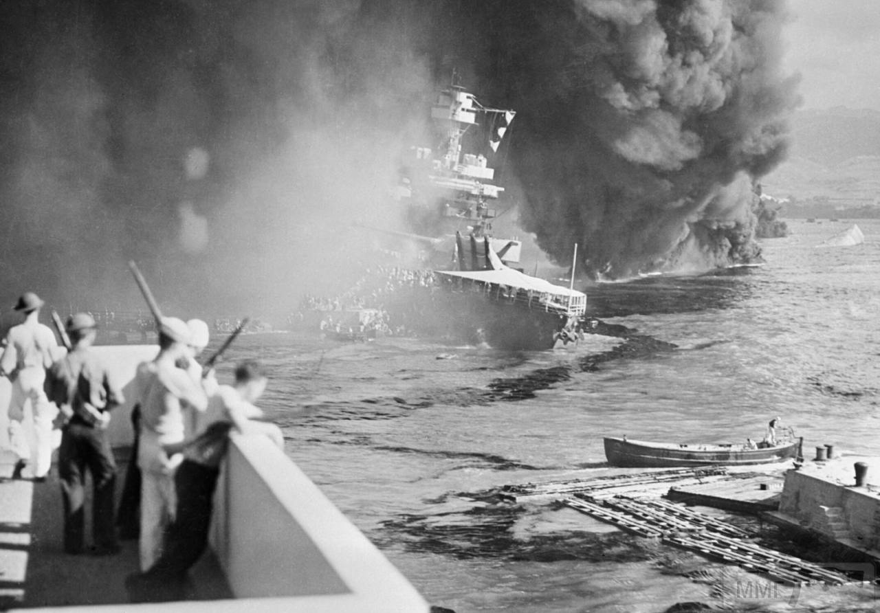 35479 - Команда покидает горящий USS California (BB-44), справа опрокинувшийся USS Oklahoma (BB-37), закрытый клубами дыма