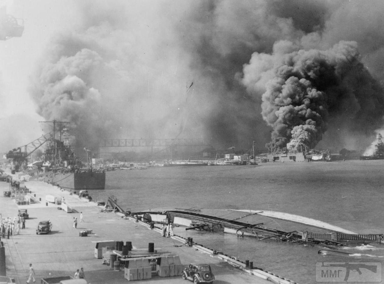 35481 - Справа густой дым над плавучим доком с эсминцем USS Shaw (DD-373) внутри. У стенки крейсер USS Helena (CL-50), в который попала торпеда, но он остался на плаву, и перевернувшийся минзаг USS Oglala (CM-4)
