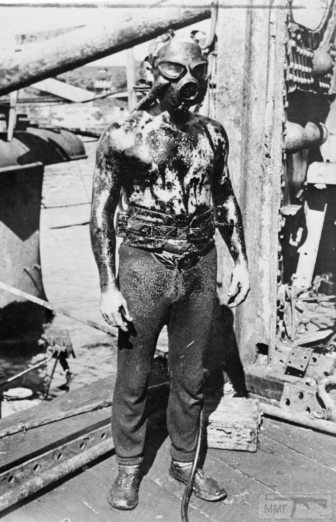 35482 - Покрытый нефтью спасатель-водолаз после работы на одном из затонувших кораблей