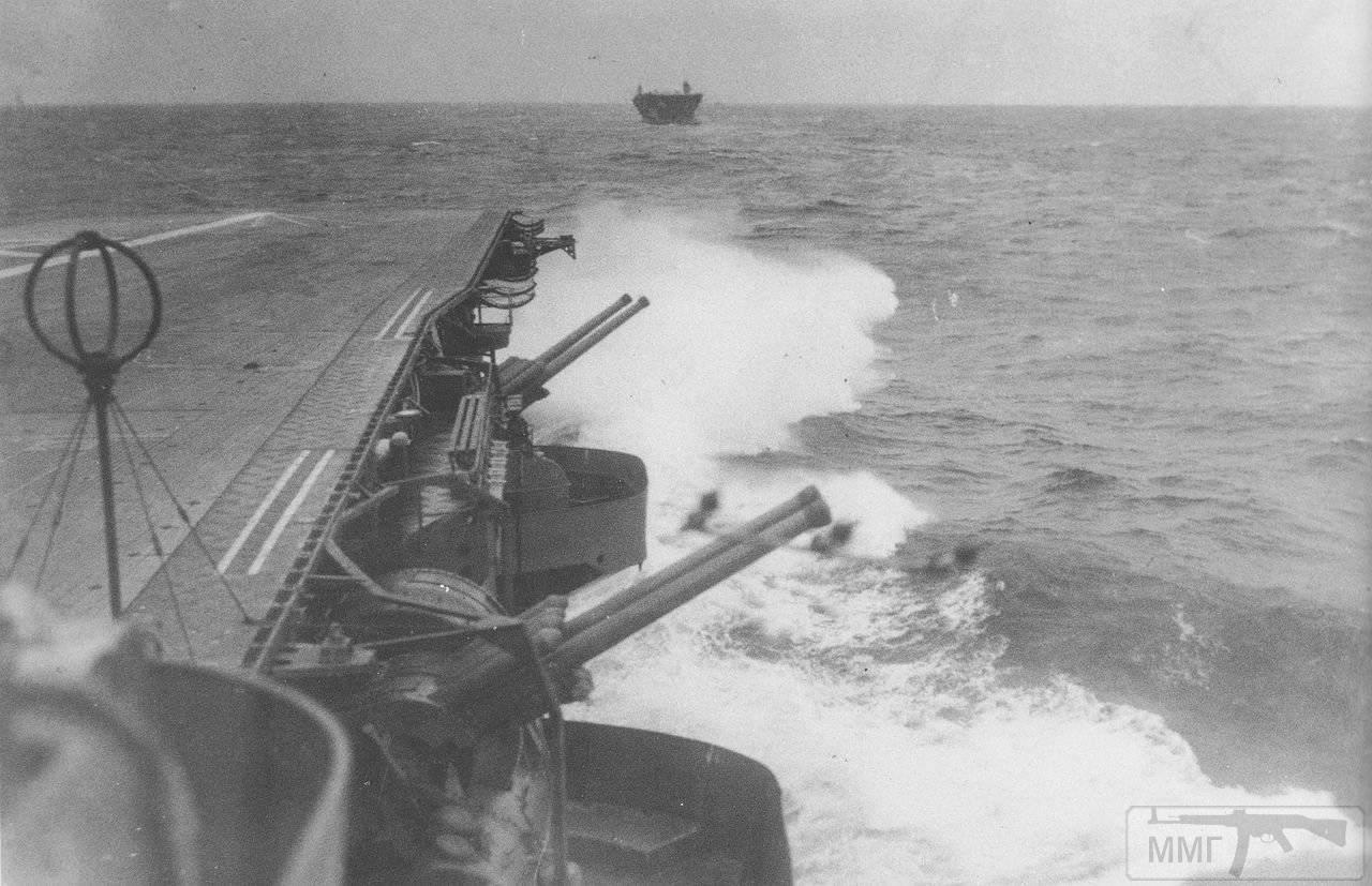 35525 - Авианосцы Zuikaku (на переднем плане) и Kaga в бухте Хитокаппу, Итуруп, ноябрь 1941 г.