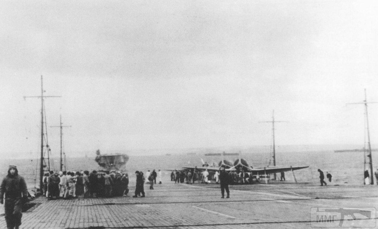 35529 - На палубе авианосца Akagi, бухта Хитокаппу, Итуруп, ноябрь 1941 г.