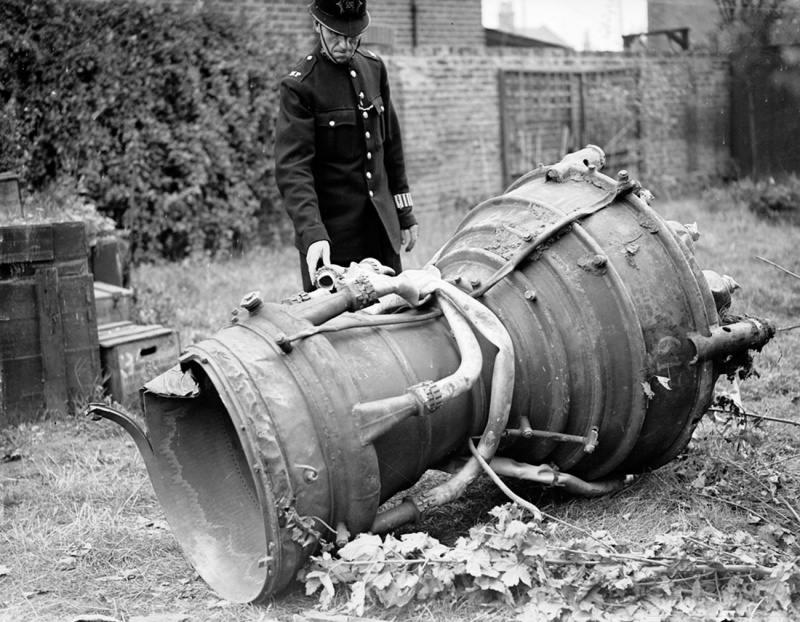3578 - Полицейский осматривает камеру сгорания ракеты Фау-2, упавшей на район Лондона Ист Хэм