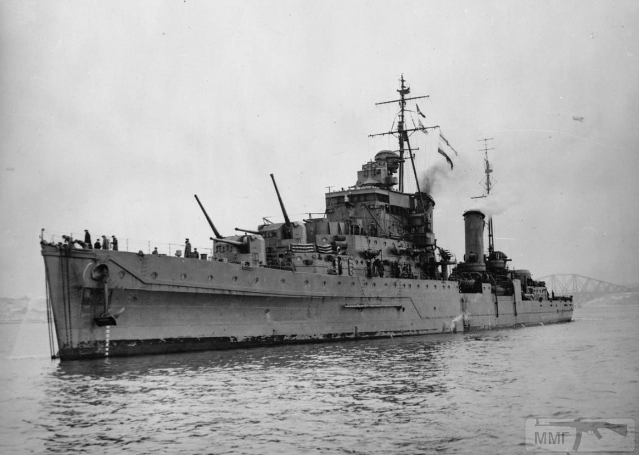36015 - HMS Dido еще с двумя носовыми башнями ГК. Так как производство спаренных 133-мм установок отставало от строительства корпусов, часть крейсеров вступила в строй с сокращённым до 8 числом орудий («Дидо», «Бонавенчер» и «Фиби») или с 4 х 2 114-мм установками («Карибдис» и «Сцилла»)