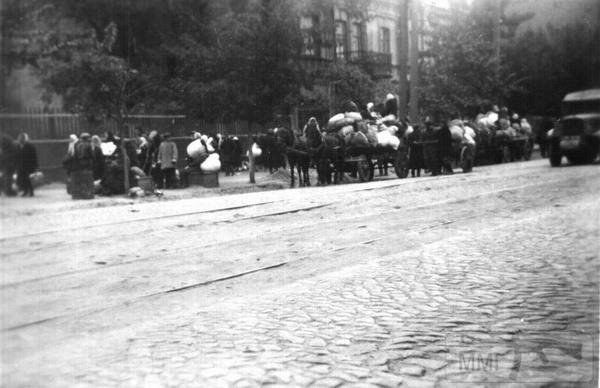 """36075 - 29 вересня 1941 року. Кияни ідуть в Бабин Яр. Німецький офіцер-автор фото підписав його з певним цмнізмом: """"Остання евакуація євреїв Києва"""""""