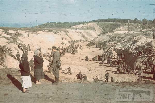 36076 - Військовополонені засипають землею ділянку Бабиного Яру, де лежать розстріляні євреї. ФОТО:  Йоганнес Хелле, жовтень 1941 року