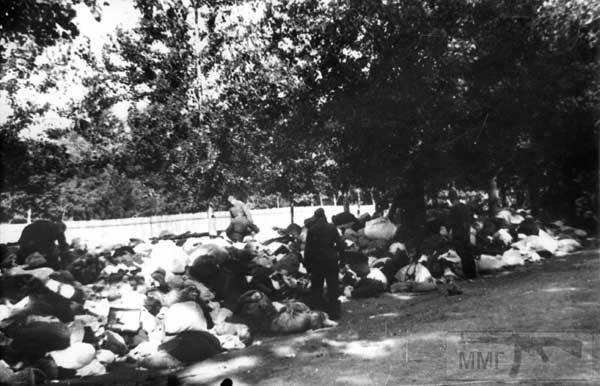 36078 - Німецькі солдати риються у речах євреїв, розстріляних у Бабиному Ярі. Вулиця Сім'ї Хохлових 29 вересня 1941 року