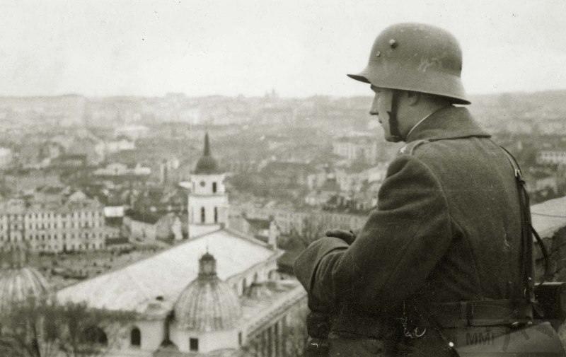 3701 - Литовский офицер осматривает панораму Вильнюса.
