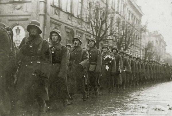 3703 - Литовские части маршируют по Вильнюсу. 27 октября 1939 года.