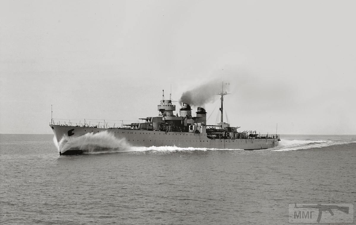 37315 - Легкий крейсер Duca degli Abruzzi на полном ходу.
