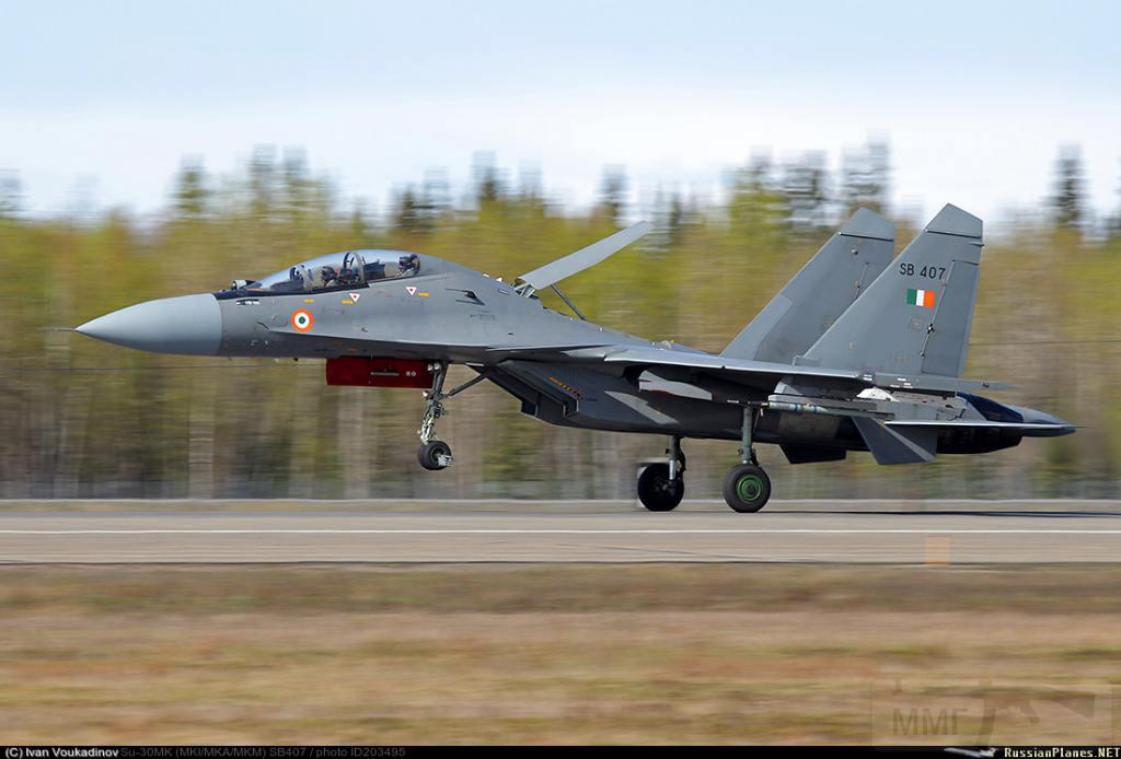 3872 - Су-27 ведет учебные бои с F-16 в Неваде