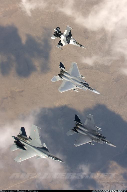 3873 - Су-27 ведет учебные бои с F-16 в Неваде